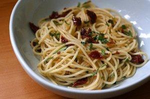 spaghetti-aglio-e-olio-with-sundried-tomatoes