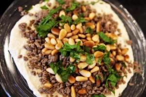 hummus_with_ground_beef_and_pine_nuts-165512